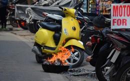 Giật mình thon thót với những cảnh đốt vàng mã ngay xe máy, trụ điện của người dân Thủ đô