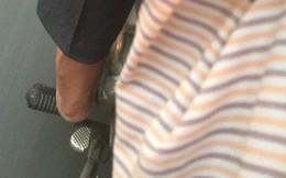 Bắt gặp chú xe ôm Sài Gòn đi chân trần hôm 23 Tết, vị khách nữ đã có hành động bất ngờ khiến dân mạng dậy sóng