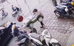 Clip: Em bé vặn ga khi đang dừng đỗ, cả chiếc xe lao thẳng vào người đi trên vỉa hè
