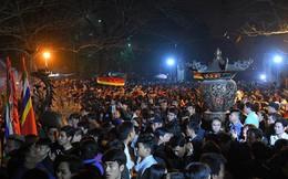 Dân trèo rào, vượt tường xô đẩy vào đền Trần dâng lễ cầu lộc trong đêm
