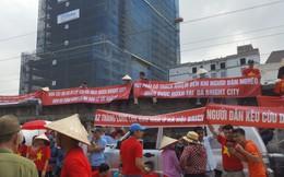 """Cư dân Bright City căng băng rôn """"cầu cứu"""" trước nơi tổ chức ĐHĐCĐ của BIDV"""