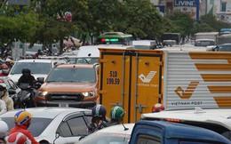 3 ô tô tông liên hoàn, cửa ngõ sân bay Tân Sơn Nhất kẹt cứng