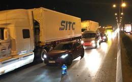 Xe hỏng giữa cầu Thanh Trì, tài xế bỏ đi khiến QL 5 ùn tắc nghiêm trọng