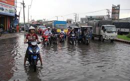 Mưa nhỏ cũng khiến đường Sài Gòn ngập lênh láng