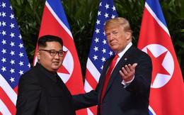 [Video] Cái bắt tay lịch sử kéo dài 12 giây giữa ông Donald Trump và ông Kim Jong Un
