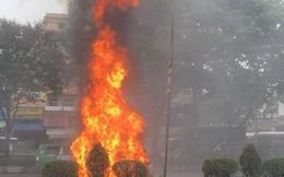 Ô tô bán tải bất ngờ cháy ngùn ngụt khi đang chạy giữa phố