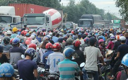 """Hàng trăm phương tiện """"chôn chân"""" trên đường, giao thông tê liệt"""