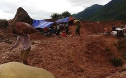 Ảnh: Các chiến sĩ công an Lai Châu vác thóc giúp dân chạy lũ