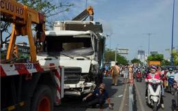 Cửa ngõ Sài Gòn tê liệt vì xe tải chở dừa lật ngang đường