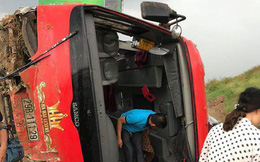 """Xe khách """"bay"""" khỏi đường cao tốc Pháp Vân, 3 người bị thương"""