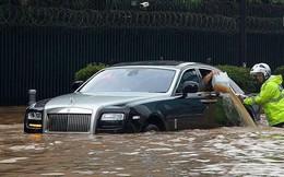 """Hà Nội mưa lớn, """"xế sang"""" cũng bơi giữa những con phố nay đã biến thành """"sông"""""""