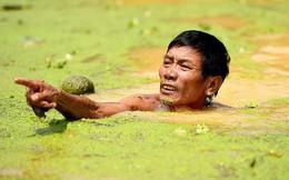 Sau 1 tuần mưa, người Hà Nội dùng thuyền tự chế, bơi trong dòng nước ngập ao bèo về nhà