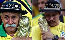 Bức ảnh chứa đựng câu chuyện xúc động về người đàn ông cầm cúp đi cổ vũ World Cup suốt gần nửa cuộc đời