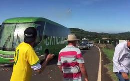 """Video: Xe buýt chở đội tuyển Brazil hứng """"cơn mưa"""" trứng và gạch đá từ các CĐV quá khích"""