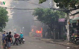 Cận cảnh vụ cháy bãi đậu ô tô gần sân bay Tân Sơn Nhất