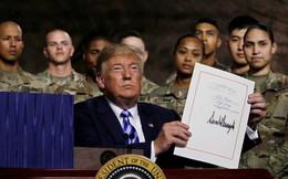 Ông Trump thông qua dự luật quốc phòng John McCain