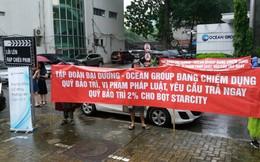 Lo sợ bị chiếm dụng hàng chục tỷ đồng, cư dân Star City dầm mưa căng băng rôn đòi lại quỹ bảo trì tại ĐHCĐ Ocean Group
