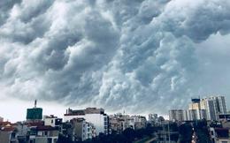 Hình ảnh bầu trời Hà Nội ấn tượng trong cơn dông, nhiều người hối hả về nhà tránh mưa lớn