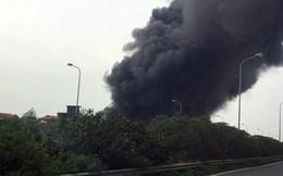 Xưởng sản xuất sơn nằm sát đại lộ Thăng Long bốc cháy dữ dội
