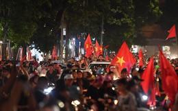 Hàng nghìn người đổ ra đường hò reo ăn mừng chiến thắng lịch sử của Olympic Việt Nam