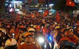"""Xe bồn đứng yên chịu trận trong dòng người """"đi bão"""" ở Sài Gòn mừng chiến thắng của U23 Việt Nam"""