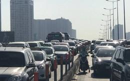 """Xe bồn """"làm xiếc"""" trên cầu Sài Gòn gây ùn tắc hàng cây số"""