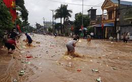 Kho hàng siêu thị ở Sơn La bị lũ cuốn, người dân bất chấp nước chảy siết, lao ra vớt