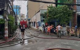 Kho sản xuất bao bì ở Sài Gòn bốc cháy dữ dội trong mưa lớn, thiêu rụi hoàn toàn khu xưởng