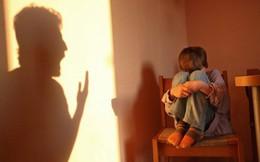 """""""Đánh con xong ứa nước mắt, nhưng không kiềm chế được vì con quá bướng"""": Cha mẹ nên kỷ luật như thế nào để không làm con trẻ tổn thương?"""