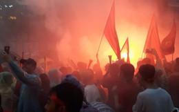 Người Sài Gòn nổi lửa giữa mưa ở phố đi bộ Nguyễn Huệ cổ vũ Olympic Việt Nam