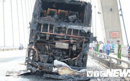 Ảnh: Hiện trường xe khách giường nằm cháy trơ khung trên cầu Bính, Hải Phòng