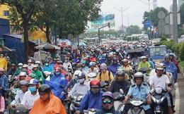 Cửa ngõ Sài Gòn tê liệt sau cơn mưa sáng đầu tuần