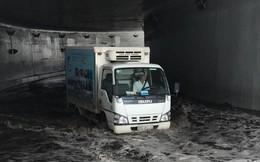 Hầm chui 200 tỷ ở Sài Gòn ngập nước, ô tô chết máy la liệt