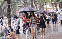 Ảnh: Người dân Hà Nội tấp nập đổ về phố đi bộ vui chơi dịp nghỉ lễ Quốc khánh 2/9 bất chấp trời mưa
