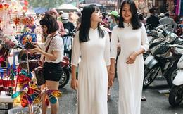 Ảnh: Một ngày trước rằm tháng 8, người dân đổ xô lên phố Hàng Mã vui chơi Trung thu