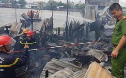 Cháy hàng loạt căn nhà ven chợ nổi Cái Răng, tàu chữa cháy được huy động