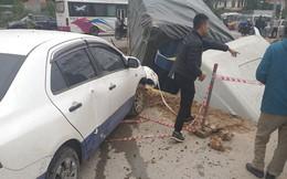 Xe container đâm hàng loạt phương tiện gần cổng bệnh viện rồi lao xuống hố