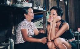 Khoảnh khắc giản dị của H'Hen Niê và mẹ tại quê nhà gây sốt cộng đồng fan quốc tế