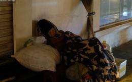 Xót xa cảnh người vô gia cư trùm chăn ngủ vỉa hè trong cái lạnh thấu xương giữa đêm đông Hà Nội