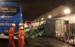 Xe tải tông đuôi xe khách rồi lật ngang, bốc cháy trong hầm Thủ Thiêm