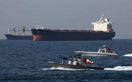Giá dầu tăng 2% sau khi Iran tuyên bố tàu chở dầu trúng 2 tên lửa
