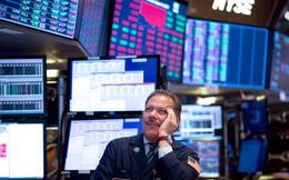 """Dow Jones bất ngờ """"bốc hơi"""" gần 300 điểm, trượt khỏi mốc 27.000"""