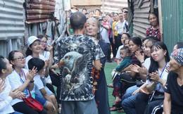 Nụ cười hạnh phúc của những người phụ nữ sống ở khu ổ chuột Hà Nội khi nhận món quà đặc biệt Ngày 20/10