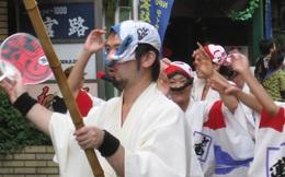 Tình yêu vô hạn của người Nhật với những chiếc khăn tay: Đàn ông cũng phải mang ít nhất 3 chiếc, một lau tay, một lau miệng, một để lau nước mắt