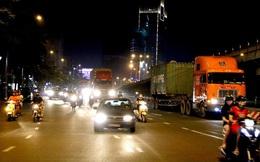"""VIDEO: Kinh hãi với """"hung thần"""" lao ầm ầm trong giờ cấm ở TP HCM"""