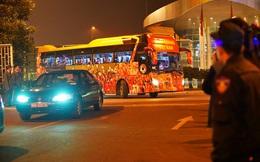 Đoàn thể thao Việt Nam ca khúc khải hoàn: Người dân đứng chật kín hai bên đường, hò reo chào đón các người hùng!