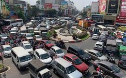 Cửa ngõ Tân Sơn Nhất ùn tắc vì giải đua xe đạp, nhiều người trễ chuyến bay