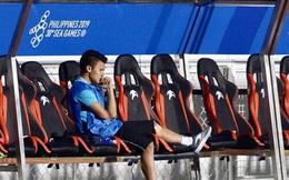 Quang Hải buồn bã, hướng ánh mắt tiếc nuối về phía các đồng đội sau khi bất đắc dĩ rời sân vì chấn thương