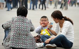 Trung Quốc: Các cặp đôi không đủ khả năng tài chính để sinh con thứ hai do chi phí để nuôi dạy quá cao, thậm chí phải hối lộ cho bác sĩ để có được sự chăm sóc chu đáo nhất cho con