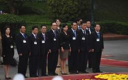 Em gái ông Kim Jong Un duyên dáng nhận hoa trong lễ đón chính thức tại Phủ chủ tịch